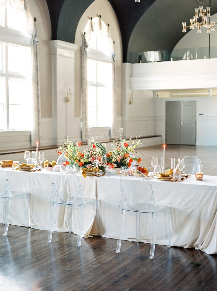 Vibrant table arrangement with linens at 500 Pearl in Buffalo NY taken by Philadelphia Wedding Photographer Matt Genders Photography
